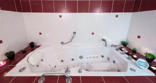 Jacuzzi style bath in a bathroom